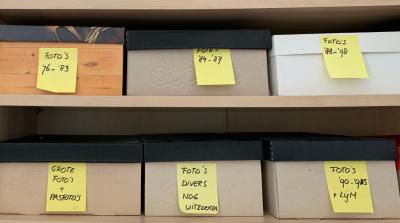 Schoenendozen in de kast vol met foto's